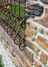 """Наши работы - варианты облицовки столбов и оград. Кованая ограда и камень """"Альпийская деревня"""""""